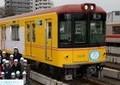 小学生のイラストをデザインした銀座線新型電車 「幻の駅」として知られる旧新橋駅ホームに到着
