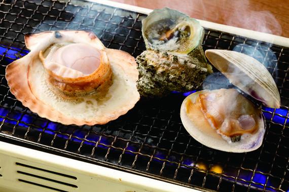 中国人に、貝類の「浜焼き」が大人気!(写真提供「磯丸水産」)
