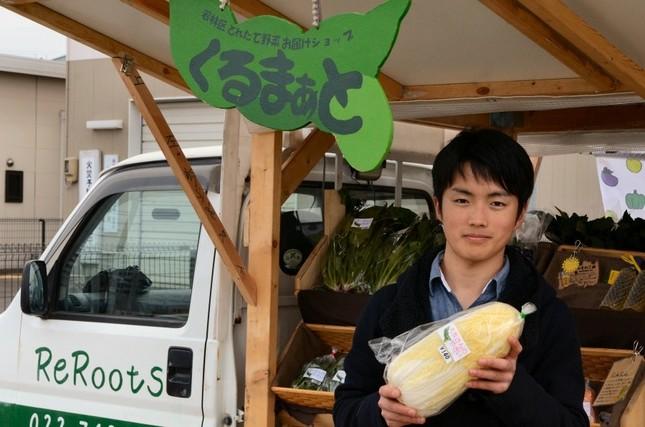 試行錯誤しながら野菜販売に携わる大学生、大里さん
