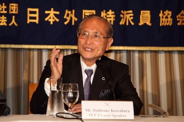 記者会見に臨む渋谷区の桑原敏武区長