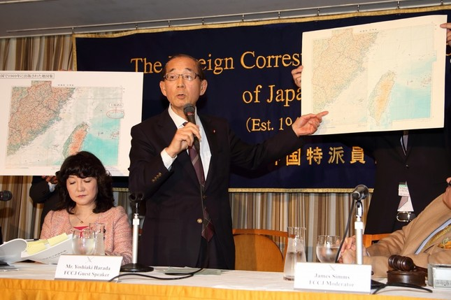 地図を背に尖閣諸島の領有権を主張する自民党の原田義昭衆院議員(右)。左側は片山さつき参院議員