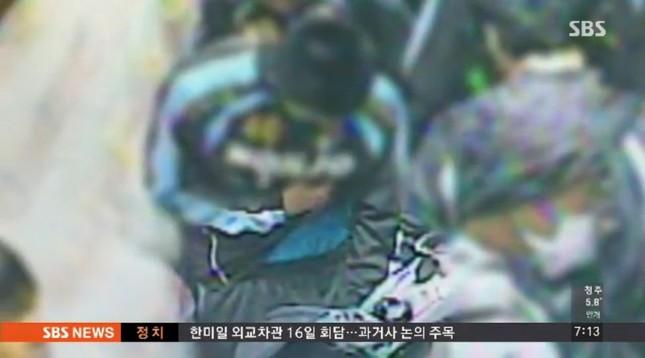監視カメラには犯行の様子がはっきりと映っている。商品をジャージの中に入れる様子がわかる(SBSテレビより)