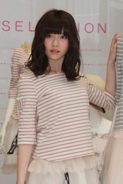 島崎遥香さんは新曲「僕たちは戦わない」でセンターポジションを務める(2013年3月撮影)