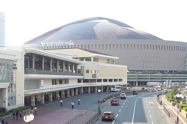 6月6日には福岡市のヤフオクドームで「選抜総選挙」の開票イベントが開かれる(写真奥がヤフオクドーム、手前左側がHKT48劇場)。主に新曲「僕たちは戦わない」を買った人の投票で選抜メンバーの座を争う