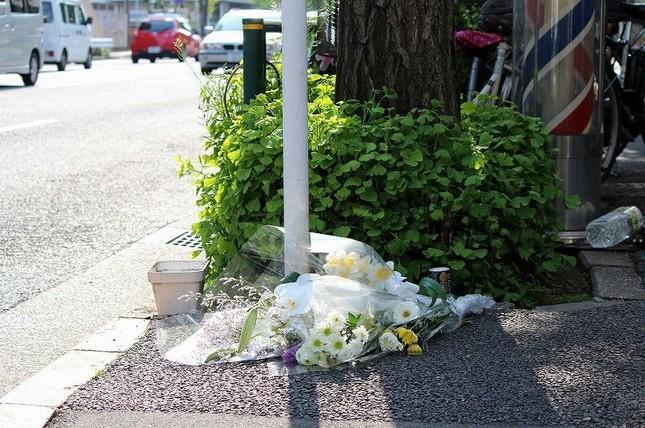 事故現場には花束が供えられている