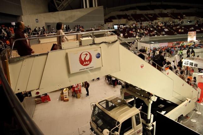 日本航空(JAL)は「超階段」と銘打ってタラップ車を持ち込んだ