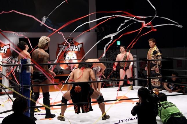 「超プロレスリング」では、15年11月で引退を表明している天龍源一郎選手(写真右)の参戦に歓声があがった
