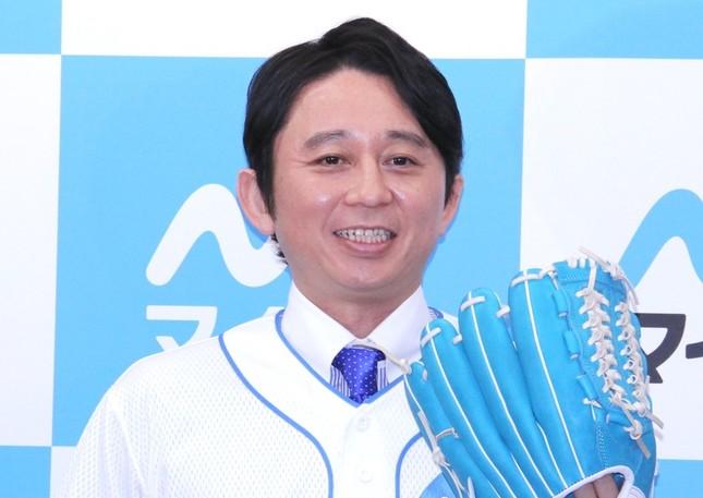 「無性に腹が立つ」とラジオでmisonoさんを批判していた有吉さん(15年2月撮影)