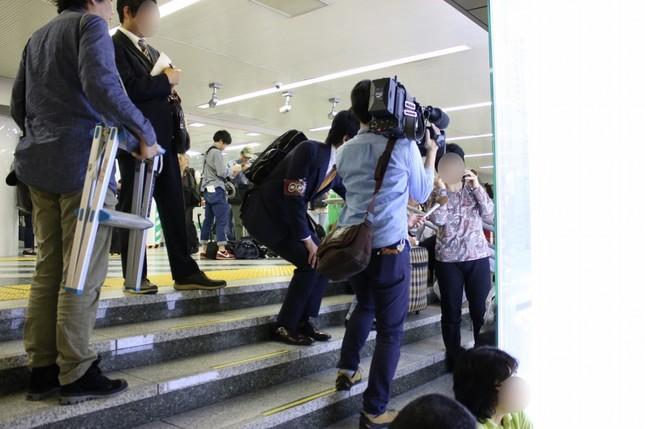 NHKの取材を受ける女性