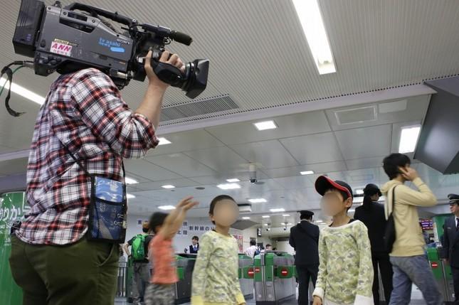 子どもはテレビカメラに興味津々