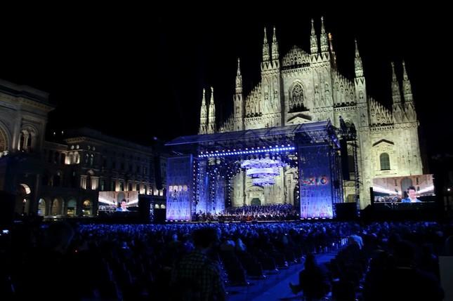 4月30日にはミラノ一番の観光地として知られる大聖堂(ドゥオーモ)広場で記念コンサートが行われた