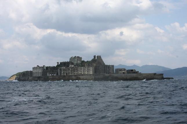 韓国紙は、「軍艦島」として知られる端島炭鉱には「地獄」の別名があったと報じている