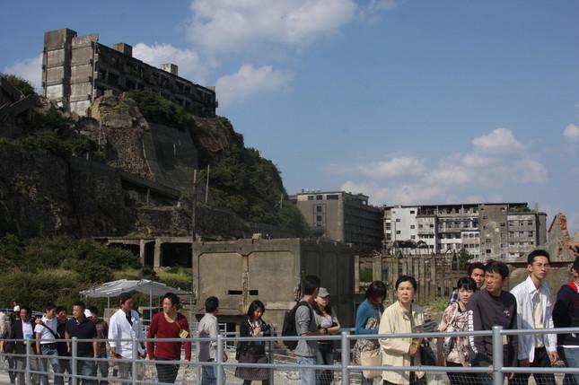 軍艦島には毎日多くの観光客が訪れる