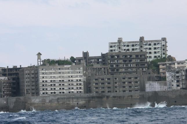 軍艦島は日本最古の鉄筋コンクリート建築でも知られている
