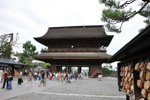 参詣者でにぎわう善光寺境内。事故当時はさらに多くの人が詰めかけていた