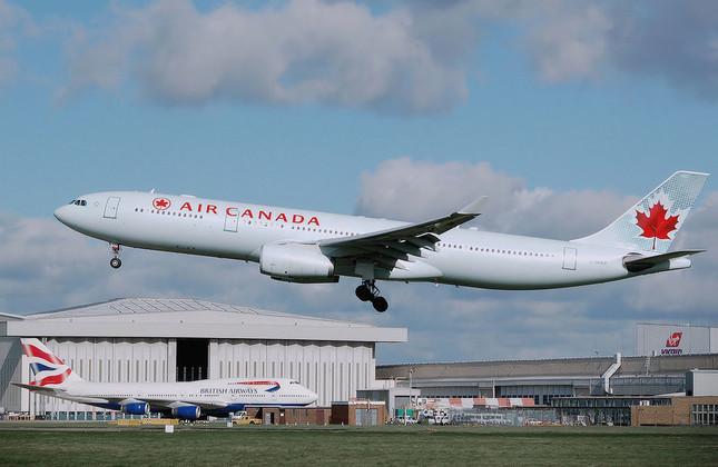 エア・カナダ機内でまさかの出産(画像は記事中の機体と異なる)