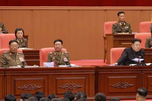 「朝鮮人民軍訓練活動家大会」の様子を伝える労働新聞(2015年4月26日付)の写真では、玄永哲(ヒョン・ヨンチョル)人民武力部長とみられる人物(写真左)が居眠りしているように見える