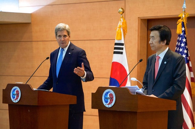 ケリー国務長官(写真左)は「日本と大韓民国の双方」に対して歴史問題への対応を求めた(米国務省撮影)