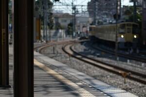 新京成線ホームで堂々と重なり合う 制服男女「大胆すぎる行為」に撮り鉄仰天