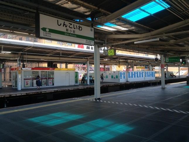 駅のホームに青い光が入るよう屋根に工夫が施された