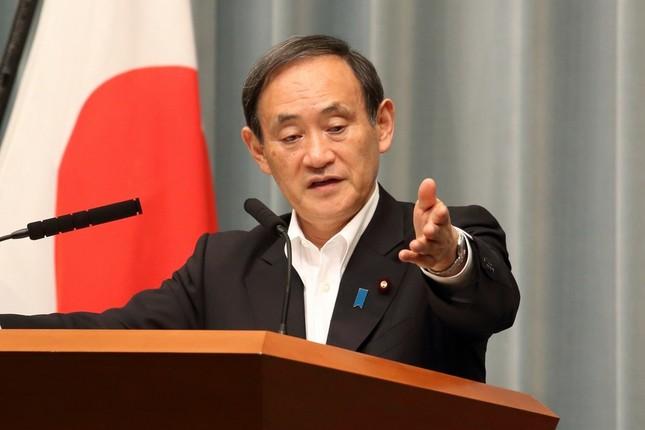 会見で記者を指名する菅義偉官房長官