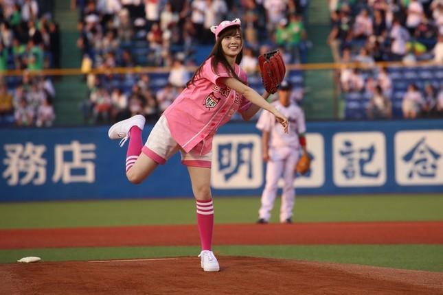 華麗な投球フォームを見せる乃木坂46の白石麻衣さん