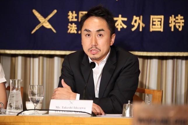 日本外国特派員協会で会見するLINEの出澤剛社長