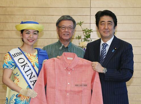 安倍首相は5月25日に沖縄県の翁長雄志知事から「かりゆしウェア」の贈呈を受けたばかり(写真は首相官邸ウェブサイトから)