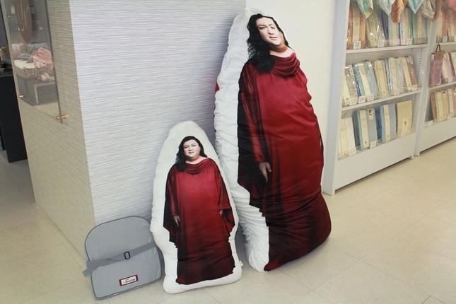 右から等身大抱き枕、小さい抱き枕、3等のイスに敷ける「muatsuクッション」(写真は2015年5月28日撮影)