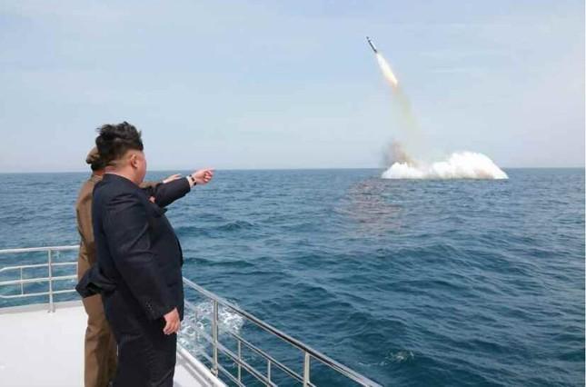 金正恩第1書記が潜水艦の弾道ミサイルの発射実験に立ち会ったとされ、韓国世論の核武装論を加速させている。写真は5月9日付の労働新聞に掲載されたが、韓国メディアからは「合成説」が出ている