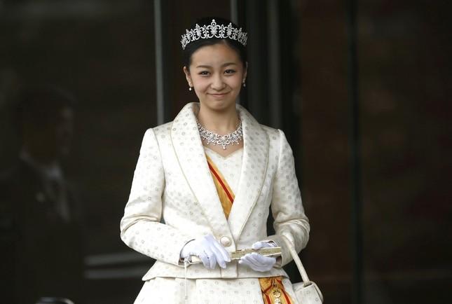 正装姿で両陛下に成年のあいさつをした佳子さま(2014年12月29日 写真:ロイター/アフロ)