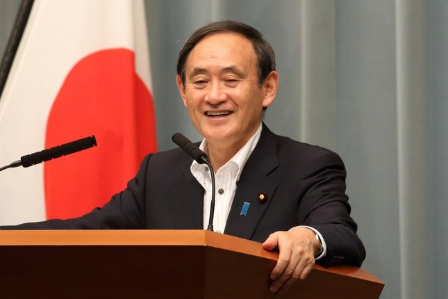 サミット開催地の質問に笑みを浮かべる菅義偉官房長官