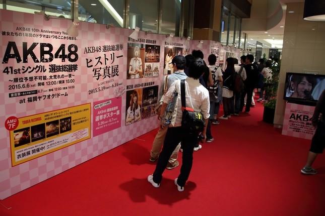 博多駅の百貨店では過去の総選挙の写真展も開かれている