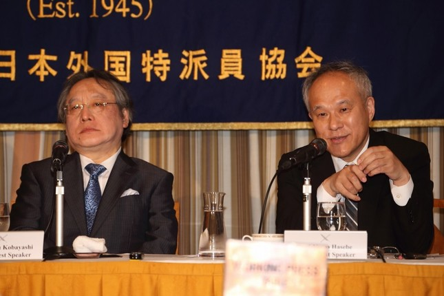 会見する長谷部恭男・早稲田大学法学学術院教授(右)と小林節・慶應義塾大学名誉教授(左)