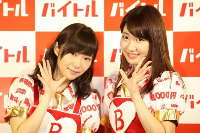 CM発表会に登場した指原莉乃さん(左)と柏木由紀さん(右)