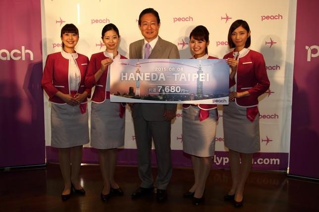 井上慎一CEO(写真中央)は新路線のダイヤは台北観光に「理想的」だと胸を張る