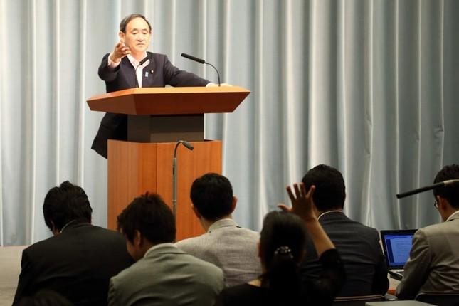 挙手する記者を指名する菅義偉官房長官
