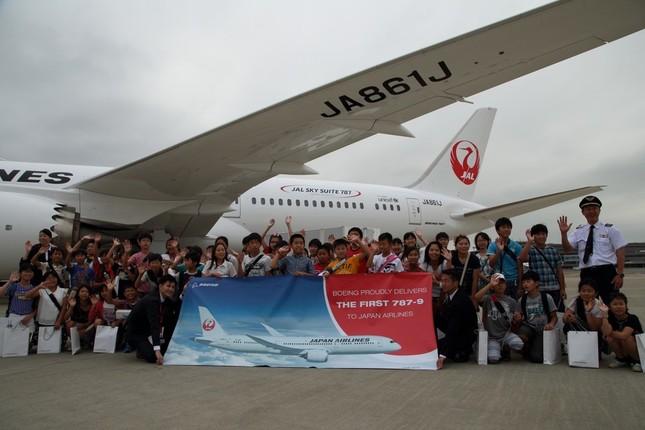 遊覧フライトには周辺自治体の小学生53人が招待された