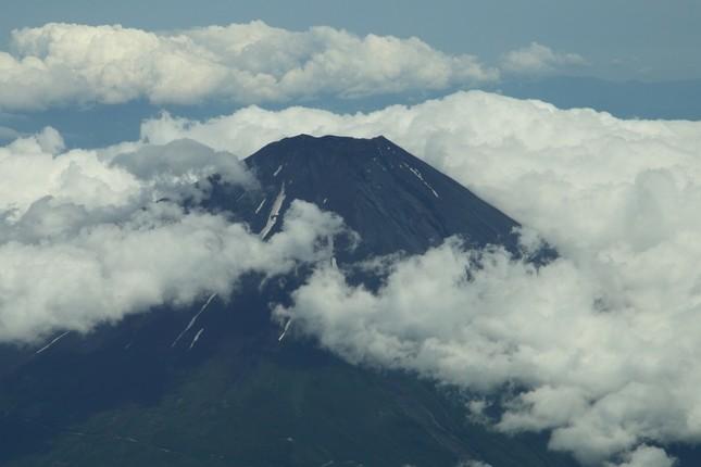 富士山が近づくと小学生は「見えた!」などとデジカメやタブレット端末を手に大はしゃぎ