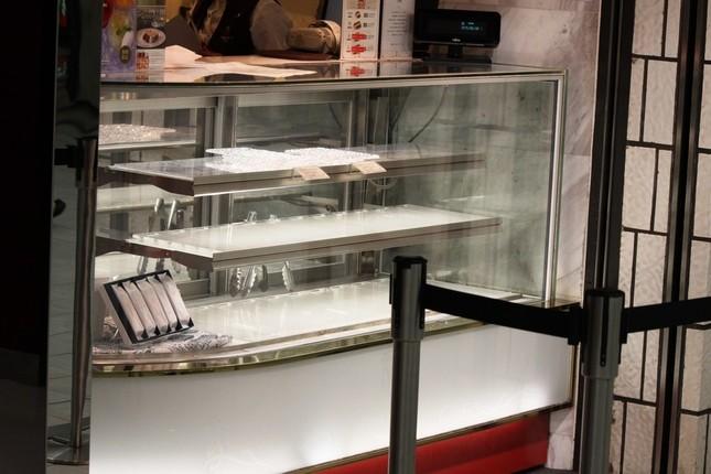 ケーキショップのショーケースは昼の時点で空っぽ(写真は2015年6月30日撮影)