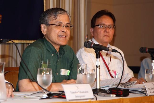 日本外国特派員協会で会見する沖縄タイムスの武富和彦(右)、琉球新報の潮平芳和(左)両編集局長
