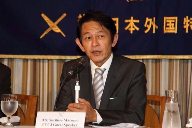 記者会見する維新の党の松野頼久代表
