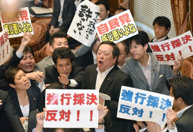 採決時、民主党議員はプラカードを手に委員長席に詰め寄った(写真:Natsuki Sakai/アフロ)