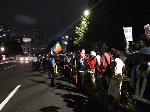 反対派は国会前で抗議活動を行った(写真は15年7月15日撮影)