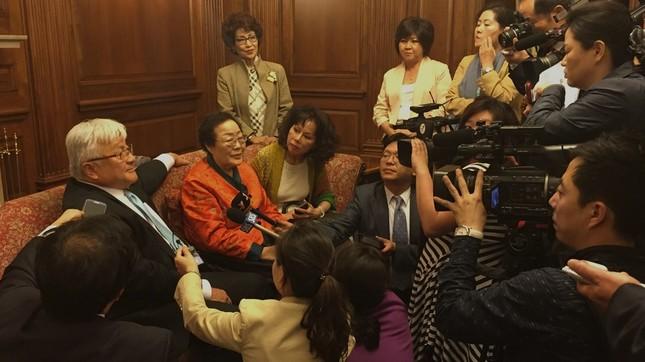 ホンダ議員(写真左)は「女性に対する暴力を終わらせる」と主張している(写真はホンダ議員のウェブサイトから)