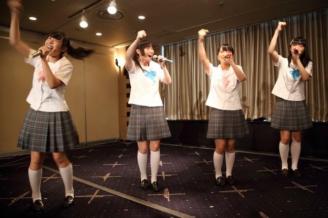 日本外国特派員協会で「ダッ!ダッ!脱・原発の歌」を披露する「制服向上委員会」