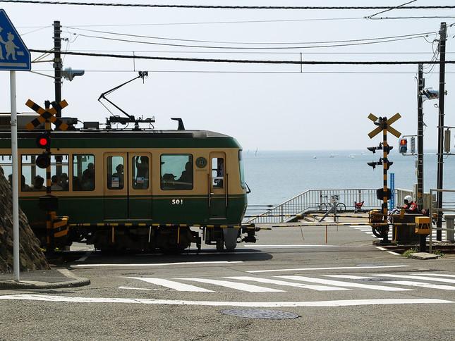 鎌倉高校前駅近くの踏切はアニメオープニングで登場