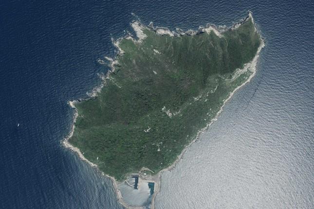 一般の観光客は沖ノ島には上陸できない(国土地理院撮影)