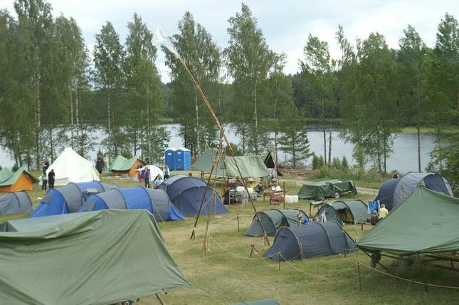 テントで「夏の思い出」(画像はイメージ)