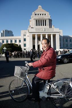 大西英男衆院議員も「安倍チルドレン」のひとりだ。2012年12月の初登院は自転車だった(写真:アフロ)